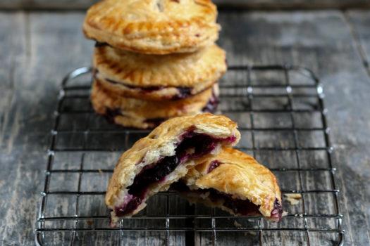 Blueberry Pies: piccole tortine ai mirtilli per riportare l'estate